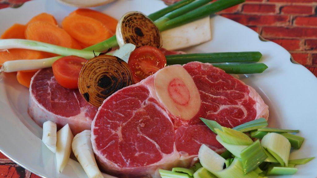 Składniki na rosół - mięso wołowe z kością i włoszczyzna