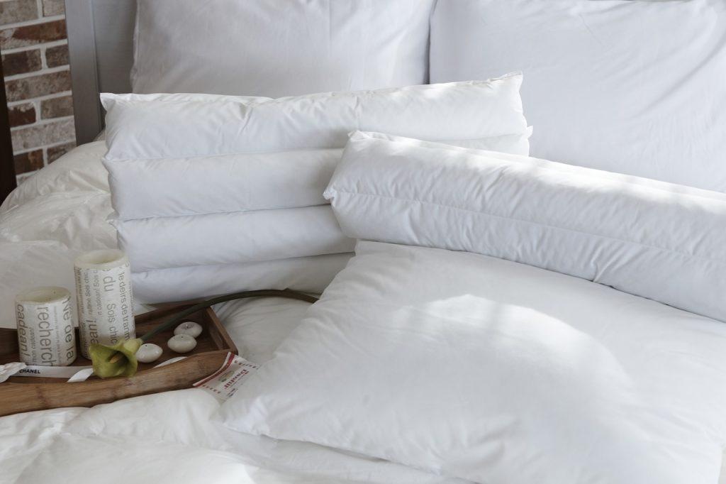 Białe poduszki z pierza