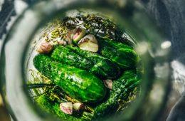 Kiszenie – zdrowy i naturalny sposób konserwowania warzyw i owoców