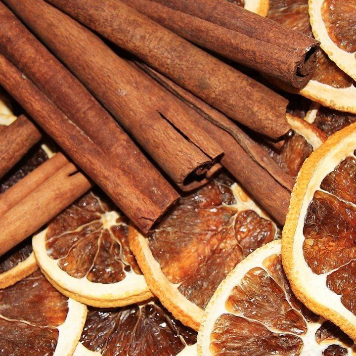 Laski cynamonu i suszone pomarańcze