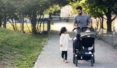 Wózek głęboko spacerowy. Wózki głęboko spacerowe, zwane również wielofunkcyjnymi bądź hybrydowymi to prawdziwy hit wśród rodziców. Z czego wynika tak duża popularność tych wózków?