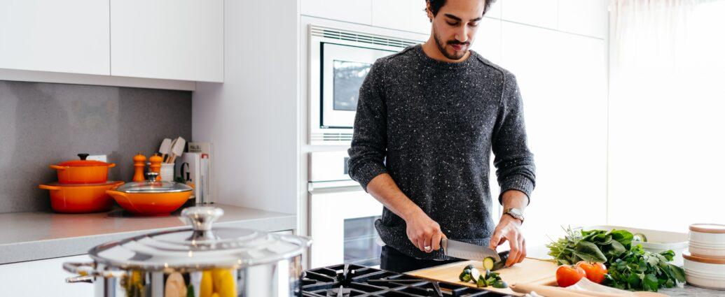 Funkcjonalna kuchnia urządzona na biało