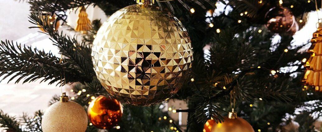 Złote bombki i dekoracje na ubranej choince