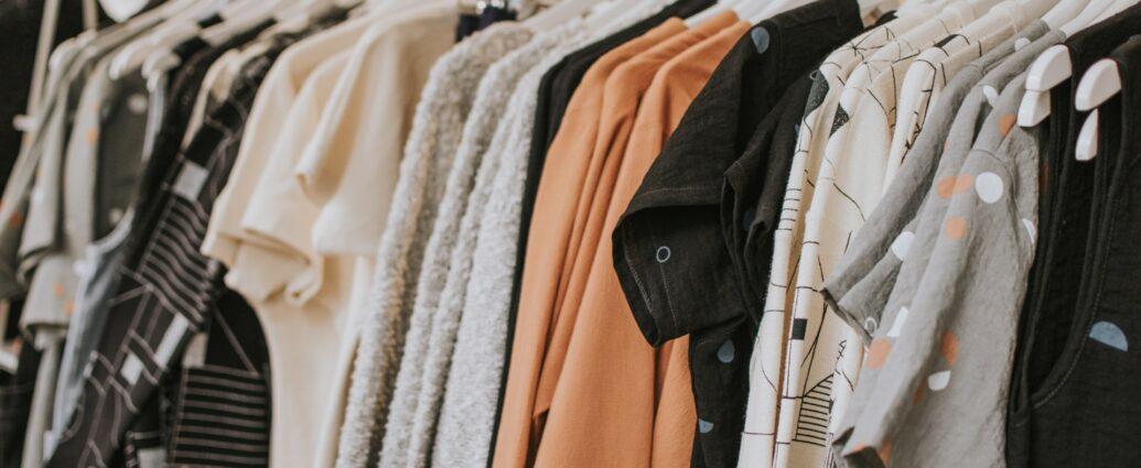 Ubrania na wieszakach - gdzie przechowywać rzeczy po zalaniu mieszkania