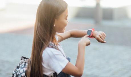 Dziewczynka ze smartwachem na ręce