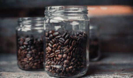 Kawa ziarnista w słojach