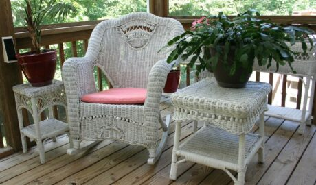 Meble wiklinowe - stolik oraz krzesło z wikliny na tarasie