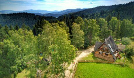 Rabkoland / Widok na Gorce z Rabki Zdrój - domek w górach