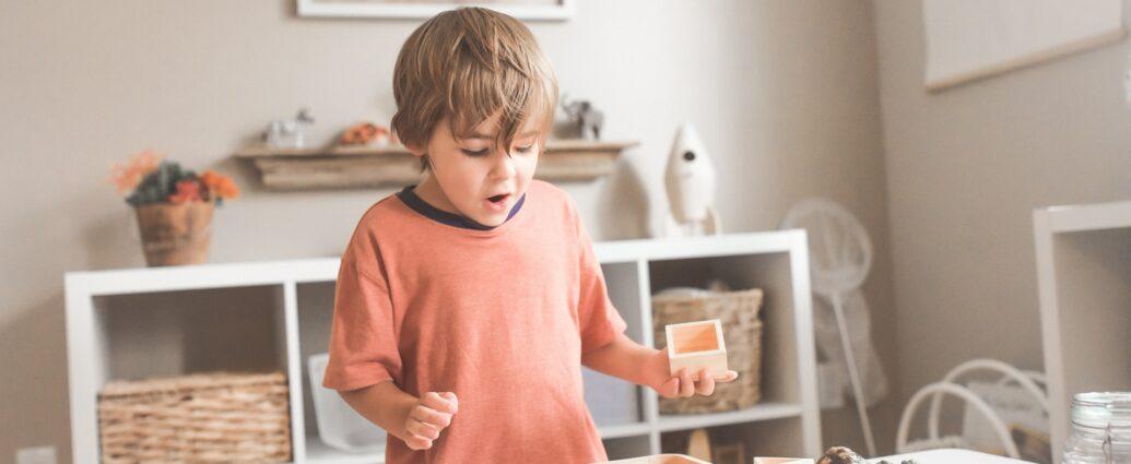 Dziecko bawi się drewnianymi zabawkami