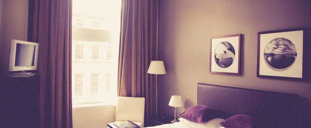 Fioletowe zasłony dobrane do koloru ścian