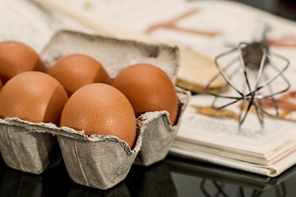 Jajka to podstawowy składnik wielu ciast - jak wybrać jajka do wypieków