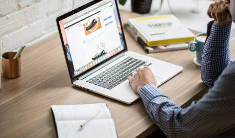 Laptop ułatwia znalezienie pracy dla studenta lub założenie firmy