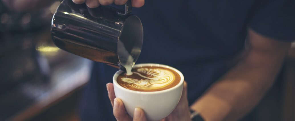 Filiżanka świeżo zaparzonej kawy