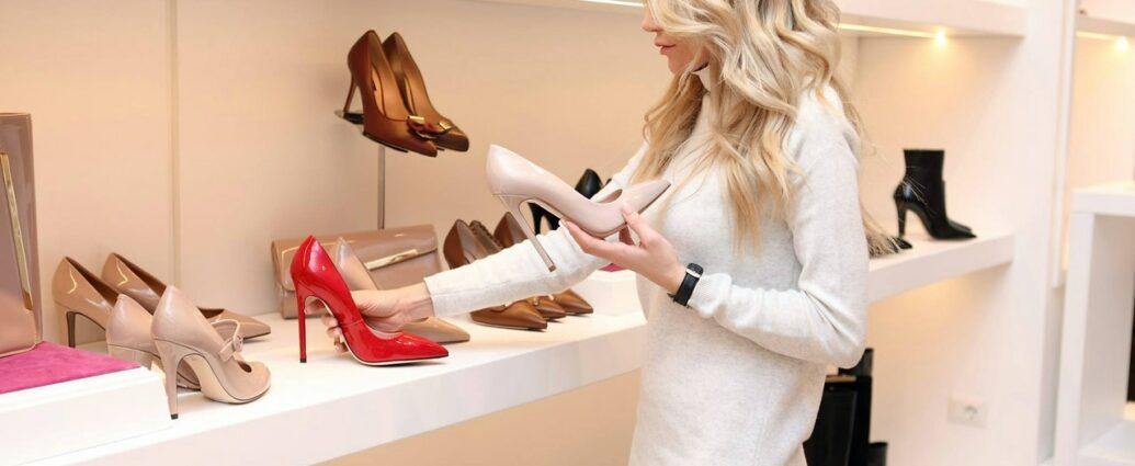 Kobieta wybiera eleganckie buty do pracy w biurze w salonie z obuwiem