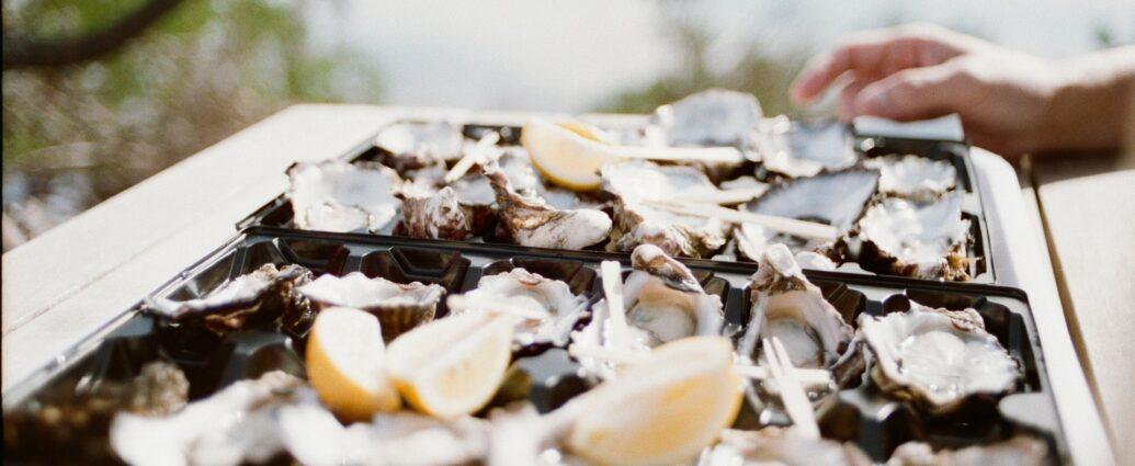 Świeże ostrygi na tacy - zdrowie z oceanu