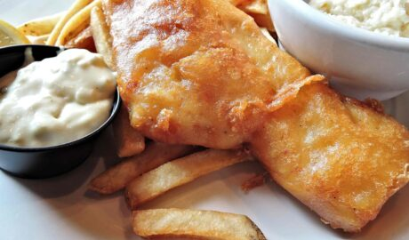 Smażona ryba z sosem duńskim remulada i frytkami