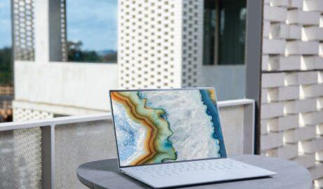 Elegancki laptop na stoliku tarasowym