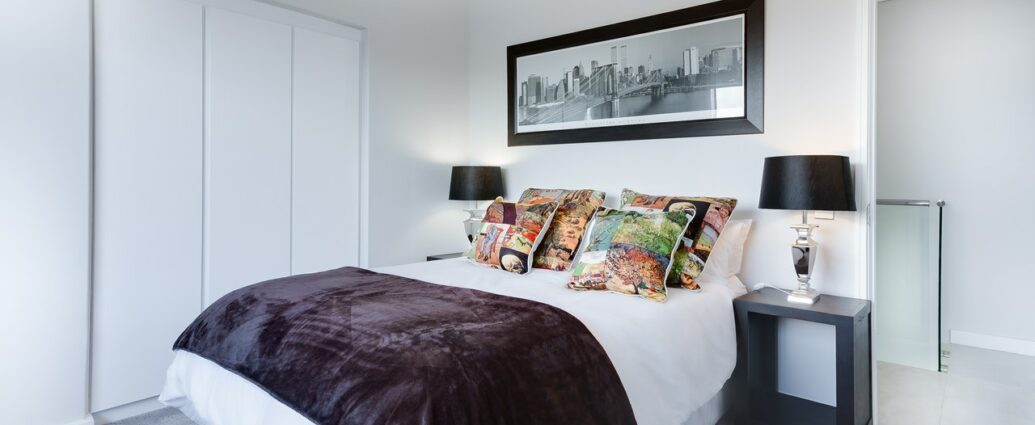 Duże łóżko w białej sypialni
