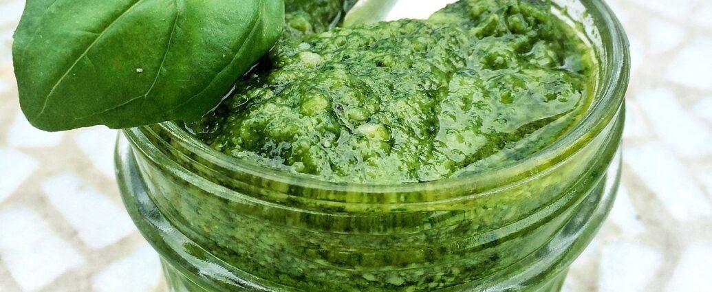 Zielone pesto genovese w słoiczku z listkiem bazylii