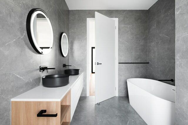 Nowoczesna łazienka z białą armaturą