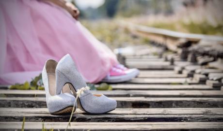 Szare buty na obcasach - gdy są za ciasne można je rozciągnąć domowymi sposobami