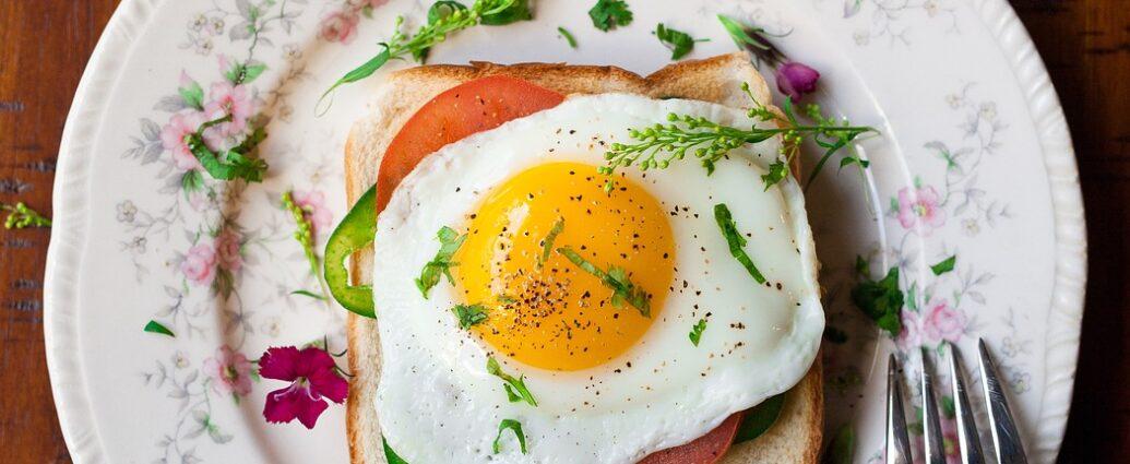 Idealnie usmażone jajko sadzone posypane ziołami na gorącym toście