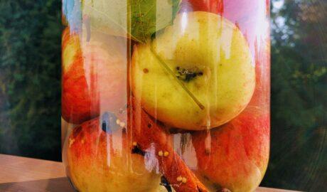 Kiszone jabłka w szklanym słoju - kiszenie jabłek krok po kroku