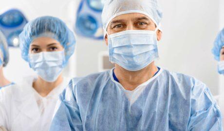 Medycy w odzieży ochronnej zabezpieczającej przed wirusami i bakteriami