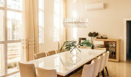 Biała jadalnia z dużym stołem