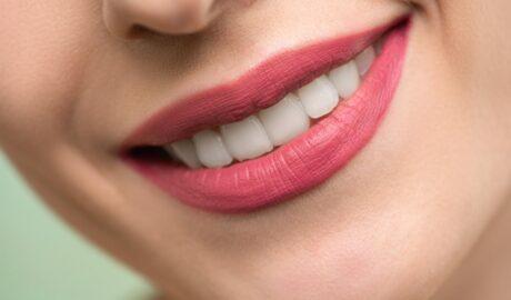 Uśmiech kobiety pokazującej białe zęby