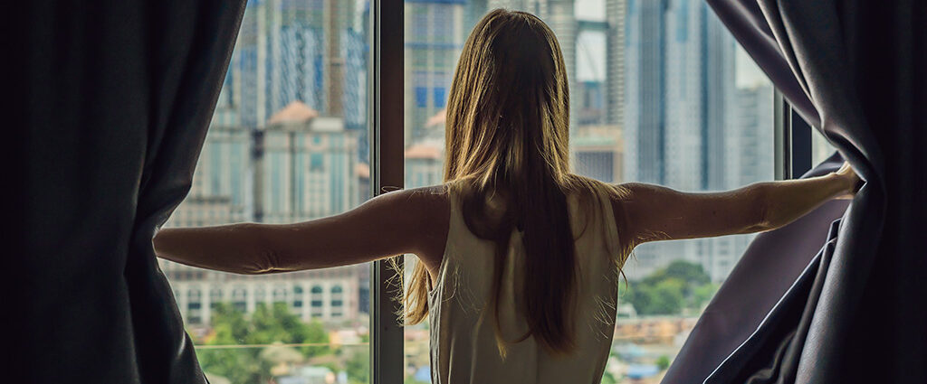 Okno balkonowe w salonie z eleganckimi zasłonami