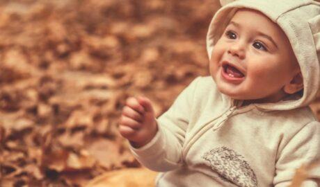 Dziecko na tle jesiennych liści