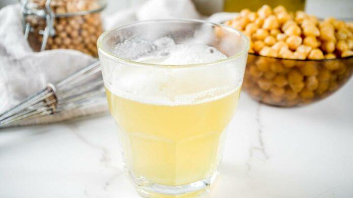 Aquafaba z ciecierzycy w szklanym naczyniu