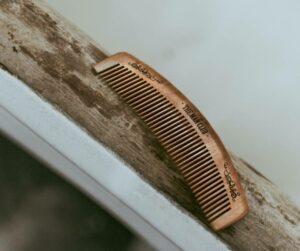 Drewniany grzebień w kolorze brązowym