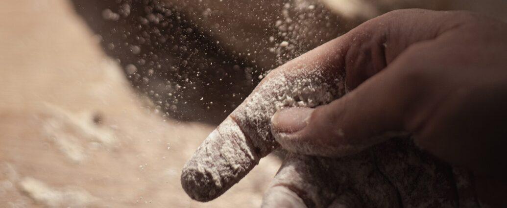 Jakość mąki można sprawdzić rozcierając ją w palcach