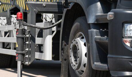 Hydrauliczny podnośnik przy samochodzie ciężarowym