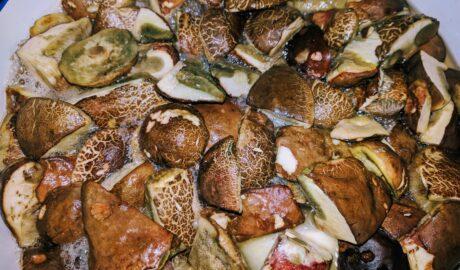 Grzyby gotujące się w rondlu przed włożeniem do słoików - wekowanie grzybów