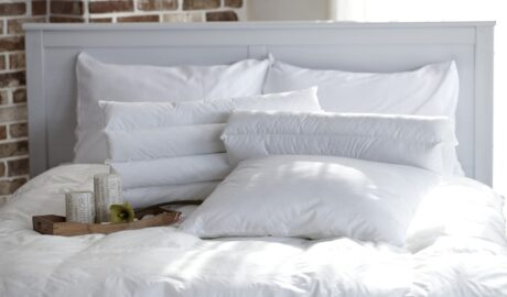 Biała pościel na łóżku w sypialni