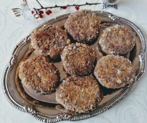 Kotlety z suszonych grzybów na metalowym półmisku - wigilijne potrawy z grzybów