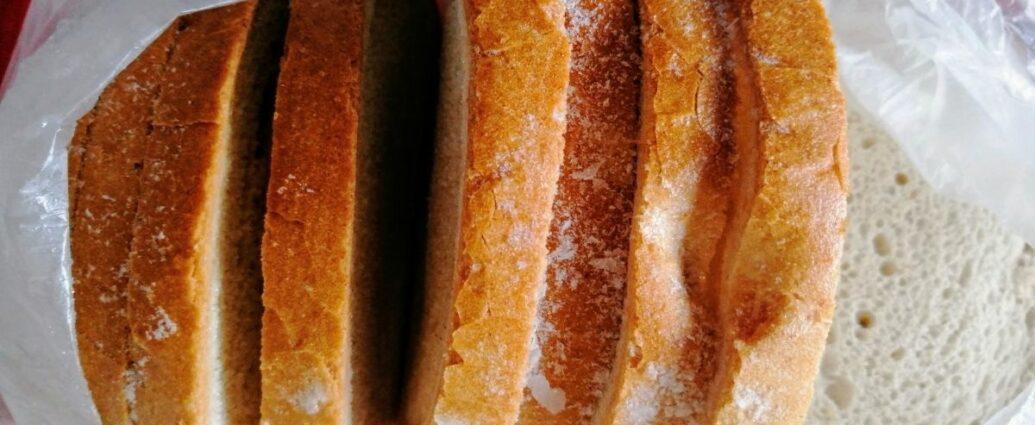 Zamrożony chleb pokrojony w kromki w foliowym woreczku, gotowy do rozmrożenia