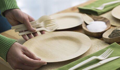 Bambusowe naczynia i sztućce na stole - naczynia bambusowe - alternatywa dla plastiku
