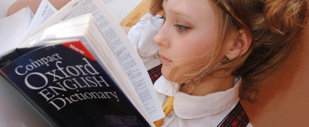 Nauka angielskiego - dziewczyna ze słownikiem oksfordzkim