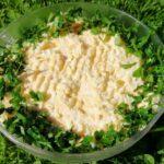 Pasta jajeczna z dodatkiem świeżych ziół w szklanej misce