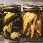 Marynowane ogórki i fasolka szparagowa w słoikach - przetwory - warzywa na zimę