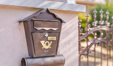 Skrzynka pocztowa na listy z symbolem poczty