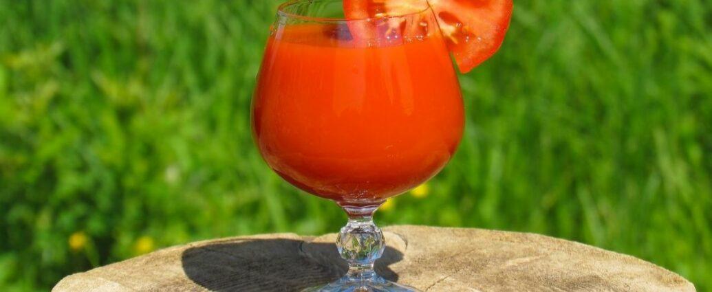 Sok pomidorowy w plasterkiem świeżego pomidora w kieliszku