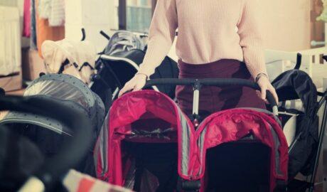 Mama wybiera wózek spacerowy dla bliźniaków