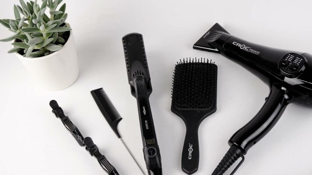 Zestaw do stylizacji włosów w kolorze czarnym  - suszarka, prostownica, grzebień i szczotka