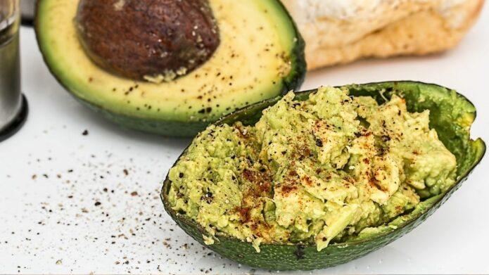 Guacamole w połówce owocu awokado