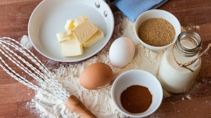 Składniki na ciasto - masło, mąka, jajka, cukier, dodatki. Czym zastąpić jajka w kuchni